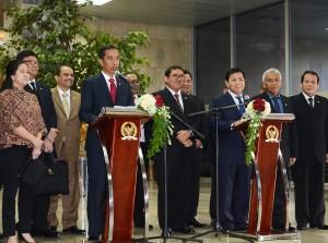 Presiden Jokowi dan Ketua DPR Setya Novanto memberikan keterangan pers seusai rapat konsultasi Presiden – Pimpinan DPR, di Gedung DPR, Jakarta, Senin (6/4)