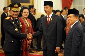 Presiden Joko Widodo (Jokowi) memberi selamat kepada Jenderal (Pol) Badrodin Haiti usai melantiknya sebagai Kepala Kepolisian RI di Istana Negara, Jakarta, Jumat (17/4).