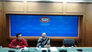 Jubir Kemlu Arramanatha Nasir didampingi Direktur Perlindungan WNI Lalu Muhammad Iqbal, dalam keterangan pers di Jakarta, Kamis (16/4) malam
