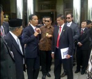 Presiden Jokowi dan Wakil Presiden Jusuf Kalla seusai menunaikan solat Jumat di Masjid Raya, Bandung, Jumat (24/4)