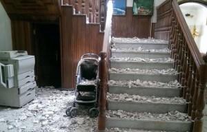 Suasana Gedung KBRI Yaman yang porak poranda akibat ledakan di kawasan Sana'a, Senin (20/4)
