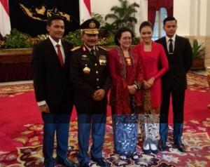 Kapolri Jenderal Badrodin Haiti bersama istri dan anak-anaknya seusai dilantik di Istana Negara, jakarta, Jumat (17/4)