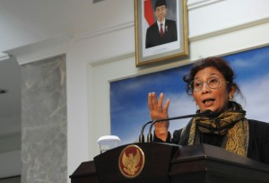 Menteri Kelautan dan Perikanan Susi Pudjiastuti menyampaikan keterangan pers hasil rapat terbatas, di kantor Presiden, Jakarta, Selasa (7/4)