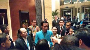Presiden Jokowi didampingi Menlu Retno Marsudi, di Kuala Lumpur, Minggu (26/4) memberikan keterangan mengenai rencana pengiriman bantuan RI ke Nepal.