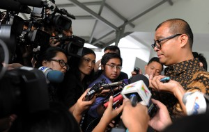 Seskab Andi Widjajanto menjawab wartawan di kantor Kepresidenan, Jakarta, Rabu (1/4)