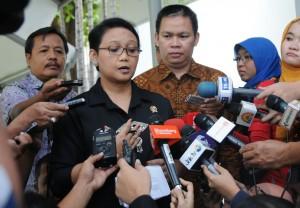 Menlu Retno L.P. Marsudi memberi keterangan kepada wartawan terkait pertemuan Wapres Jusuf Kalla dengan para Dubes negara OKI, di Istana Merdeka, Jakarta, Rabu (15/4)