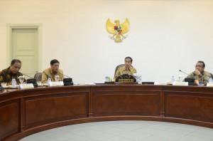 Presiden Jokowi memimpin ratas terbatas membahas masalah nelayan, di kantor Presiden, Jakarta, Senin (13/4) sore