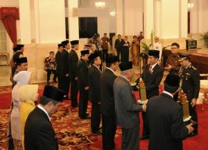 Presiden Jokowi memberikan penghargaan kepada sejumlah Kepala Daerah dalam peringatan Hari Otonomi Daerah, di Istana Negara, Jakarta, Selasa (28/4) sore