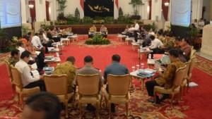 Suasana sidang kabinet paripurna yang dipimpin oleh Presiden Jokowi, di Istana Negara, Senin (13/4) malam