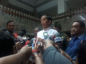 Presiden Jokowi didampingi Ketua PWI Margiono seusai acara Silaturahmi Pers Nasional, di TVRI Jakarta, Senin (27/4) malam