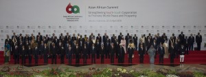 Para pemimpin negara berfoto bersama dalam pembukaan Asian-African Summit yang merupakan puncak rangkaian peringatan ke-60 tahun Konferensi Tingkat Tinggi Asia Afrika di Jakarta Convention Center, Jakarta, Rabu (22/4).