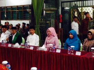 Presiden Jokowi didampingi Ibu Negara Iriana berdialog dengan masyarakat, di Ponpes Amanatul Ummah, di Surabaya, Jumat (17/4) sore