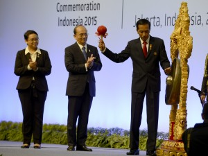 Presiden Jokowi memukul gong tanda dimulainya KTT Asia Afrika ke-60, di JCC Jakarta, Rabu (23/4)
