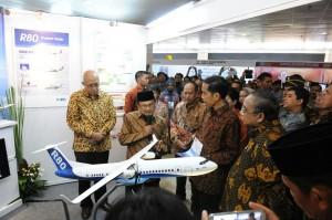 Presiden Jokowi didampingi mantan Presiden BJ. Habibie saat menghadiri pembukaan National Innovation Forum (NIF) 2015, di Puspitek, Serpong, Banten, Senin (13/4)
