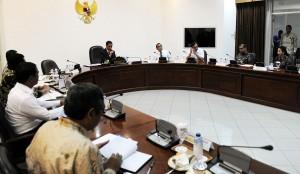Presiden Jokowi memimpin rapat terbatas membahas masalah beras, di kantor Presiden, Jakarta, Senin (6/4)