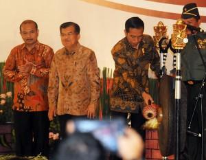 Presiden Jokowi menyalami Wapres Jusuf Kalla seusai pembukaan Musrenbangnas 2015, di Hotel Bidakara, Jakarta, Rabu (29/4)