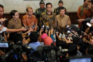 Presiden Jokowi didamping Wapres Jusuf Kalla menjawab wartawan seusai membuka Musrenbangnas 2015, di Jakarta, Rabu (29/4)