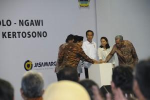 Presiden Jokowi dan sejumlah pejabat menekan sirene tanda mulai percepatan pembangunan jalan tol Solo - Kertosono, di Ngawi, Jatim, Kamis (30/4) petang
