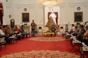 Presiden Jokowi memberikan sambutan pada rapat terbatas dengan pengusaha pertambangan, di Istana Merdeka, Jakarta, Rabu (15/4) petang