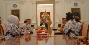 Presiden Jokowi didampingi Mensesneg dan Mendikbud menerima jajaran PB PGRI, di Istana Merdeka, Jakarta, Senin (6/4)