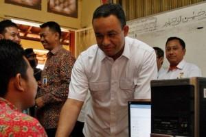 Mendikbud Anies Baswedan berdialog dengan seorang siswa saat meninjau pelaksanaan UN, di SMKN 20 Jakarta, Senin (13/4) pagi