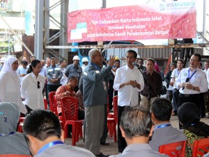 Presiden Jokowi dalam kesempatan dialog dengan buruh PT Dok & Perkapalan Bahawi, di Cilincing, Jakarta Utara, Selasa (28/4)
