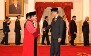 Presiden Jokowi memberikan ucapan selamat kepada Manahan Sitompul seusai dilantiknya menjadi Hakim MK, di Istana Negara, Jakarta, Selasa (28/4)