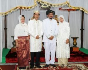 Presiden Jokowi dan Ibu Negara Iriana bersama Sultan Tidore dan istri seusai penganugerahan gelar adat, di Tidore, Maluku Utara, Jumat (8/5)