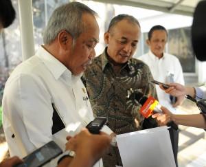 Menteri PUPR Basuki Hadimuljono dan Dirut PT Adhi Karya Kiswodarmawan memberikan penjelasan rencana pembangunan LRT, di kantor Presiden, Jakarta, Rabu (20/5)