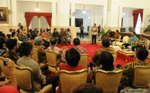 Presiden Jokowi memberikan sambutan saat menerima pengurus ASIRI dan PAPRI, di Istana Negara, Jakarta, Senin (18/5)