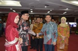 Menteri PAN-RB Yuddy Chrisnandi memberi ucapan selama kepada Bima Haria Wibisana yang baru dilantiknya sebagai Kepala BKN, di aula kantor BKN, Jakarta, Jumat (15/5)