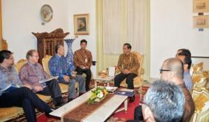 Presiden Jokowi didampingi sejumlah menteri menerima delegasi Bank Dunia yang dipimpin oleh Jim Yong Kim, di kantor Presiden, Jakarta, Rabu (19/5) pagi