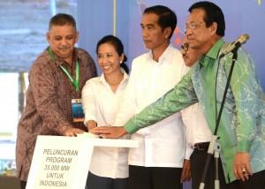 Presiden Jokowi didampingi Menteri ESDM, Menteri BUMN, Dirut PLN, dan Gubernur DIY menekan tombol sirene tanda peluncuran pembangunan pembangkit 35 ribu MW, di Bantul, Yogyakarta, Senin (4/5)