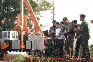 Presiden Jokowi didampingi Panglima TNI, Menko Polhukam, dan Menko PMK menekan tombol sirene pemancangan pembangunan RS Ridwan Meuraksa, di Jakarta Timur, Rabu (13/5)