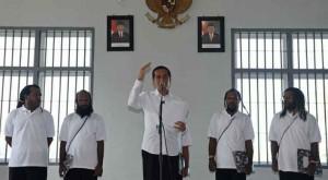 Presiden Jokowi bersama 5 tahanan politik Papua yang diberinya grasi, di Lapas Abepura, Jayapura, Sabtu (9/5)