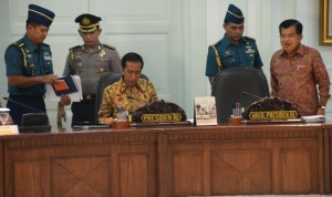 Presiden Jokowi dan Wakil Presiden Jusuf Kalla sebelum memulasi Sidang Kabinet Paripurna, di kantor Presiden, Jakarta, Selasa (19/5)