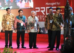 Presiden Jokowi memukul gong untuk membuka the 11th APKASI International Trade and Investment Summit 2015, di JIExpo, Kemayoran, Jakarta, Rabu (13/5).