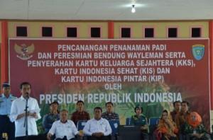 Presiden Jokowi memberikan sambutan saat kunjungan ke Pulau Buru, Maluku, Kamis (7/5)