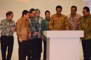 Presiden Jokowi didampingi sejumlah pejabat menandatangani prasasti peresmian kampus IPC Corporate Universitasi, di Ciawi, Bogor, Jabar, Selasa (5/5) pagi