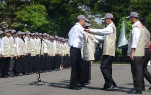 Presiden Jokowi  melepas  798 guru yang bertugas ke daerah terpencil, di halaman Istana Merdeka, Jakarta, Senin (25/5)