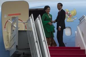 Presiden Joko Widodo (kanan) dan Ibu Negara Ny. Iriana Joko Widodo (kiri) membalikkan badanya sesaat sebelum memasuki pesawat kepresidenan di Bandara Internasional Halim Perdanakusumah, Jakarta