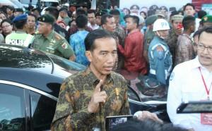 Presiden Jokowi menjawab wartawan di Dermaga Pelabuhan Rakyat Poutere, Makassar, Jumat (22/5) petang