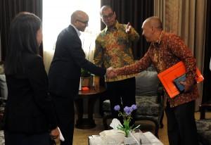 Seskab Andi Widjajanto memperkenalkan Deputi Polhukam Seskab Fadlansyah Lubis kepada Dubes Singapura di Jakarta Anil Kumar Nayar, di ruang kerjanya, di Jakarta, Selasa (19/5)