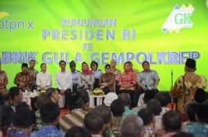 Presiden Jokowi didampingi Ibu Negara Iriana berdialog dengan masyarakat, di PG Gempolkerep, Mojokerto, Jatim, Kamis (21/5) siang