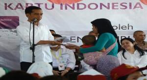 Presiden Jokowi dalam satu kesempatan menyerahkan KIS kepada rakyat