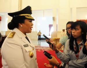 Irene Manibuay menjawab wartawan seusai dilantik Presiden Jokowi sebagai Wakil Gubernur Papua Barat, di Istana Negara, Jakarta, Rabu (27/5)