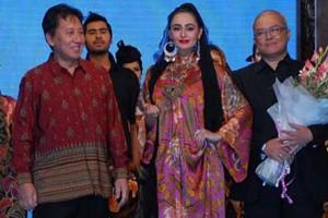 Duta Besar RI untuk Pakistan Burhan Muhammad bersama istri, Hery Setyawati Burhan, dan desainer Jurney Thraugh (kiri ke kanan) dalam peringatan kemerdekaan ke-68 RI di Sarena Hotel, Islamabad, Pakistan, 2013. (fashiondeblog.wordpress.com)