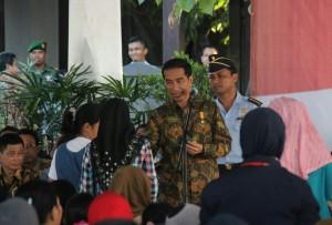 Presiden Jokowi membagikan KIS kepada warga di Dermaga Poutere, Makassar, Sulsel, Jumat (23/5)