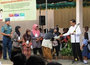Presiden Jokowi menyerahkan Kartu Kersejahteraan Sosial kepada warga, di Desa Taman Martani, Kecamatan Kalasan, Kabupaten Sleman, Yogyakarta, Kamis (4/5) pagi.