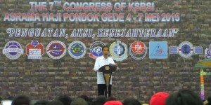 Presiden Jokowi memberikan sambutan pada pembukan Kongres VII KSBSI, di Asrama Haji, Pondok Gede, Jakarta, Senin (4/5) petang